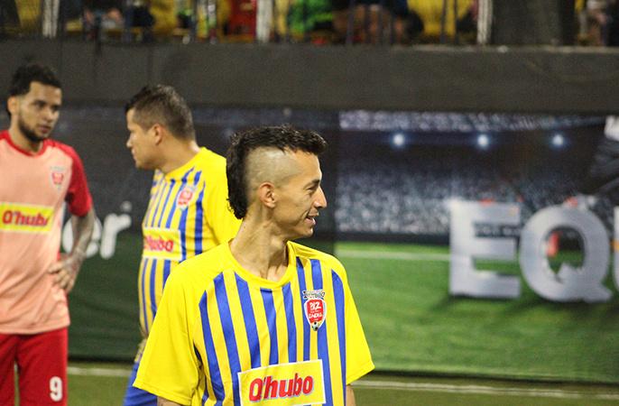 Yoni Mazo divirtiéndose durante el partido de su equipo Loreto.