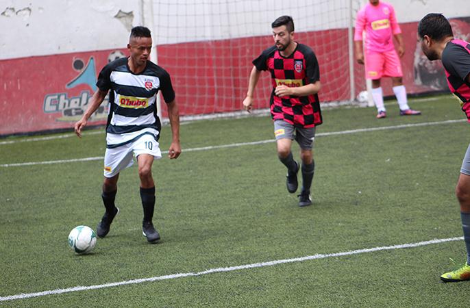 Diego Posada enfrenta a dos rivales para gambetearlos en el partido que Español le ganó a Dinamo.